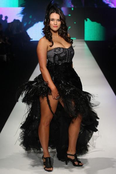 Такое платье красиво сядет по фигуре, если грамотно подобрать корректирующее белье. Подходящее по размеру белье не жмет и не стесняет движений, но позволяет