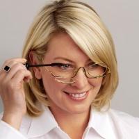 Макияж для девушек в очках: красота за стеклом