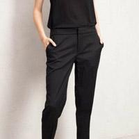 С чем носить классические брюки: не только на работу