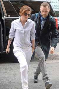 Кристен Стюарт в белой майке и с хулиганской укладкой на шоу Chanel в Гамбурге
